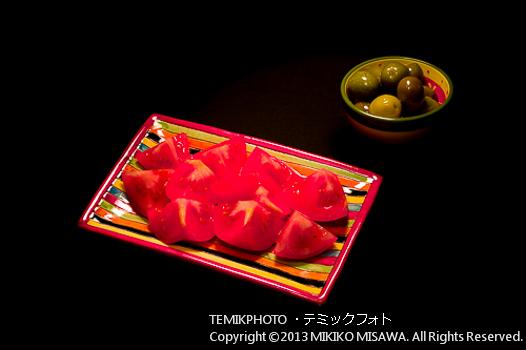 アルメリア製の皿と猪口に盛ったトマトとオリーブの漬け物 (マドリード)  1094