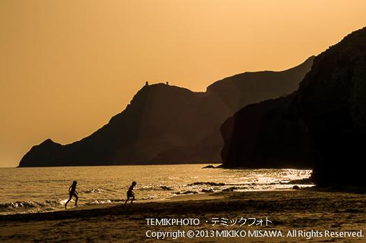 夕暮れの海岸で遊ぶ子供達 (アンダルシア地方・アルメリア)  581