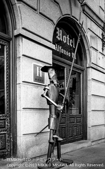 ホテル前に置かれた槍を持つドン・キホーテ像 トレド (カスティージャ・ラ・マンチャ地方・トレド)  6542