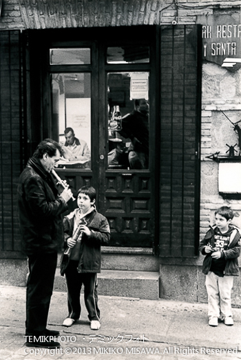 Blog-13-205 週末の子供「路地裏の会話」 トレド (カスティージャ・ラ・マンチャ地方・トレド)  333