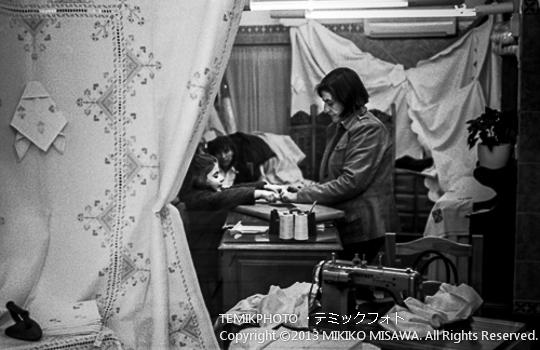 刺繍を扱ったお店にいる母と娘 トレド (カスティージャ・ラ・マンチャ地方・トレド)  6860