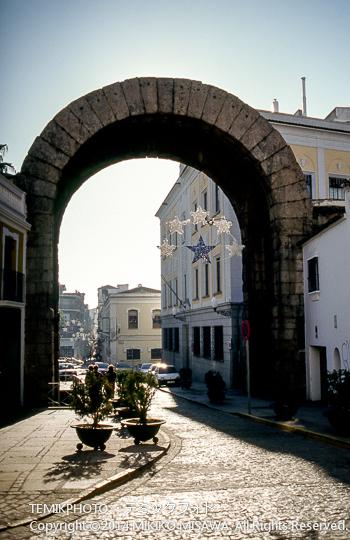 トラヤヌス帝の凱旋門 : 勝利を記念する門ではなく、大きな寺院のアクセスするための門。かつての建物は、パリのエトワール凱旋門をイメージすると理解しやすい。   10741