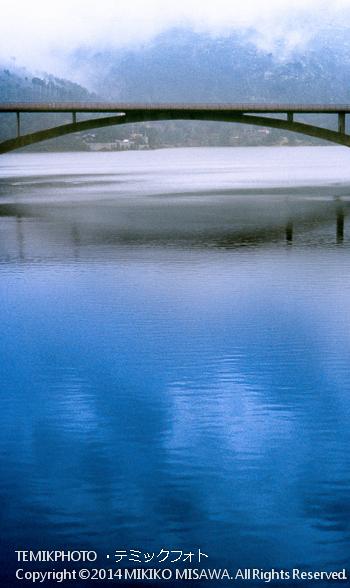 貯水池に架かる橋  10799
