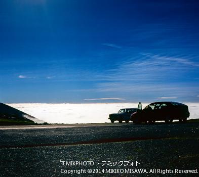 峠 : 雲海を眺める人々の車  10805