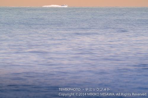 夕暮れのモーターボート (ハベア湾)  15245
