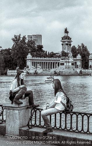 レティーロ公園で遊ぶ人々  1728