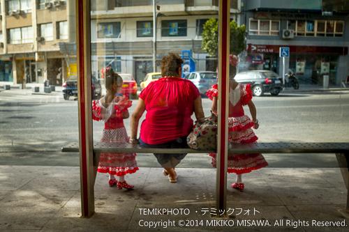 祭り日のバス停ベンチにて 21217