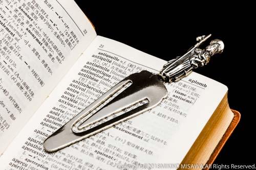 銀製のしおりと辞書  13384